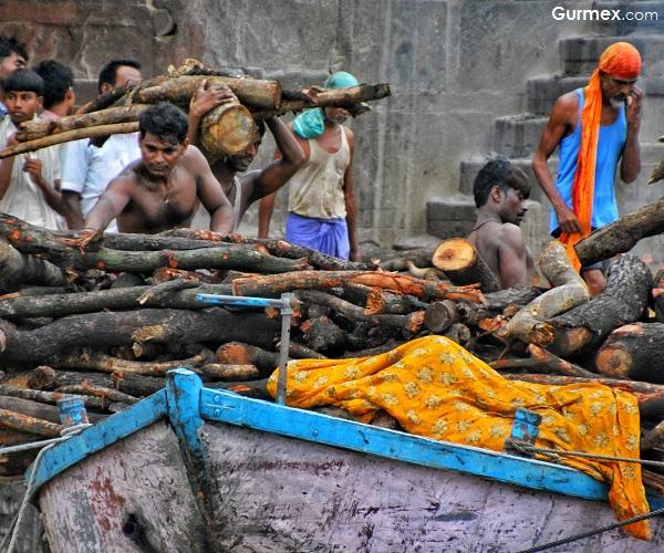 Varanasi ölü yakma merasimleri hindistan